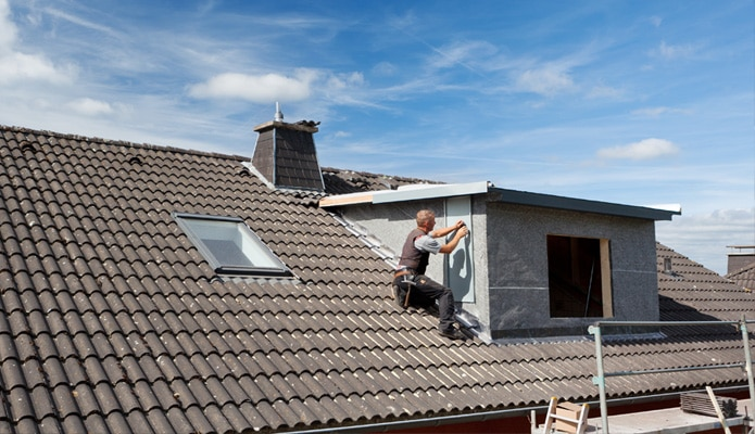 placer une lucarne de toit infos sur les mat riaux prix conseils. Black Bedroom Furniture Sets. Home Design Ideas