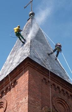 Démousser et nettoyer une toiture en ardoise : Méthode et prix indicatifs